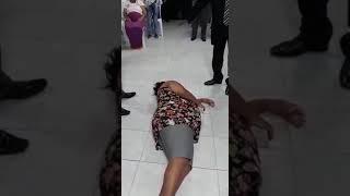 Libertação mulher vomita sangue .pastor Vanderson trovão
