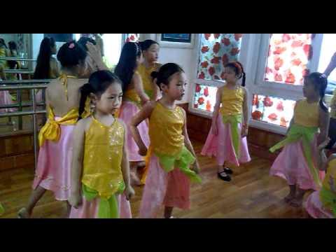 Múa Đi Cấy - Bé Đào Minh Phương và các bạn
