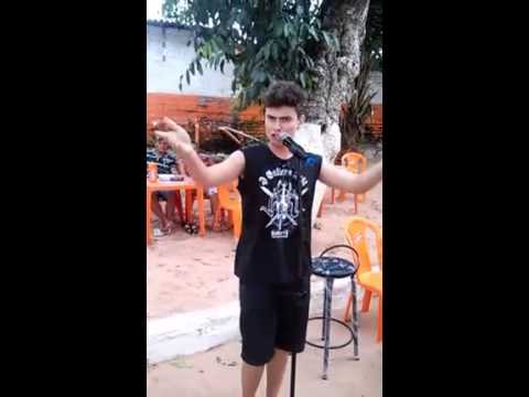 Garoto canta Whitney Houston no Karaoke e surpreende