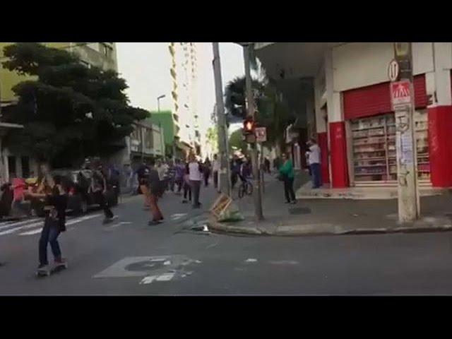Кроссовер врезался в толпу скейтбордистов