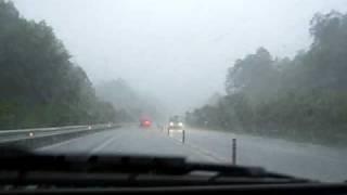 東海環状道路を走行中、突然の豪雨に遭遇し、たぶんカミナリ雲の中を走...