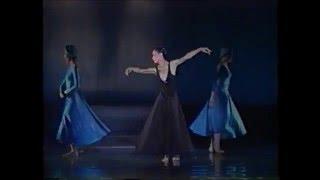 当時の現役生徒と素晴らしいダンスを披露するアキコ・カンダ.