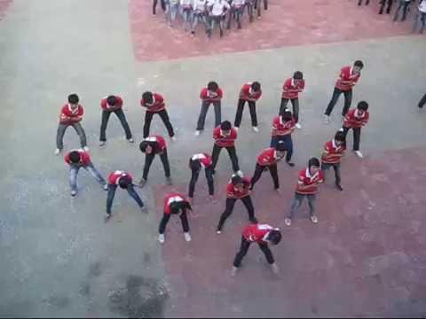 12a1 nhảy bài Té Nước