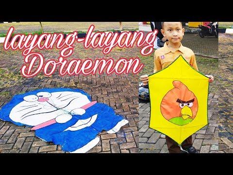 Bermain Layang-Layang Hias Unik Model Doraemon