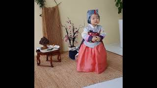 돌사진촬영 중 나무블럭 뺏겨서 우는아기