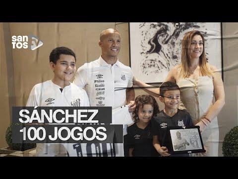 SÁNCHEZ RECEBE HOMENAGEM PELOS 100 JOGOS COM A CAMISA DO SANTOS FC
