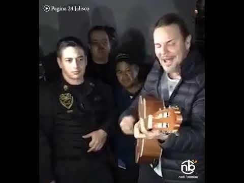 Fabiola - Fher de Maná le canta a la caravana migrante.