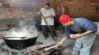 Ayutla, Jalisco, preparando un taco de chicharrones de res...