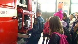 Сюжет о показе пожарной техники школьникам города в рамках урока безопасности