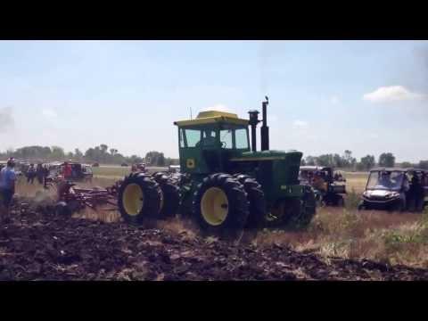 John Deere 7520 Plowing