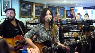 Kacey Musgraves - Follow Your Arrow (Acoustic) 20th April 2013 Slipped Disc, Billericay