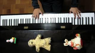 父のリクエストで12歳の妹が弾きました。 手前のハニワ(?)らしき物は...