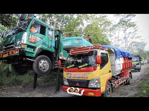 Fuso Self Loader Moving Kobelco SK200 Excavator Dump Trucks Convoy