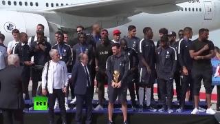 Сборная Франции прибывает в Париж после триумфа на чемпионате мира