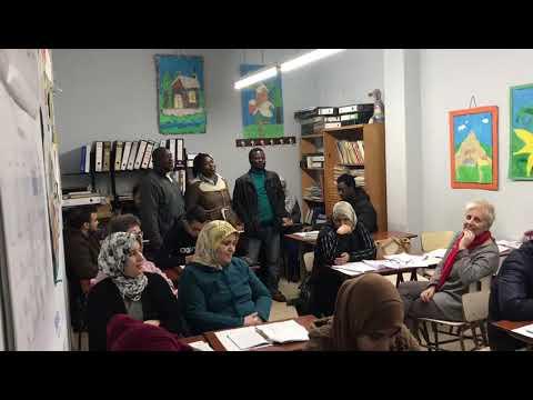 Tres alumnos da Asociación Rexurdir cantan unha canción de Ghana