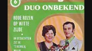 Rode rozen op witte zijde Duo onbekend  1976