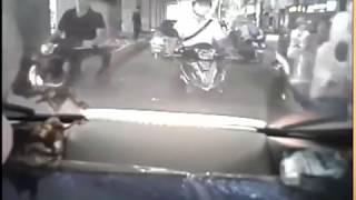 Côn đồ đi SH không mũ bảo hiểm đạp gãy gương ô tô khi va chạm