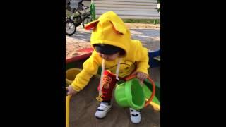 Даниэль играет в песочнице