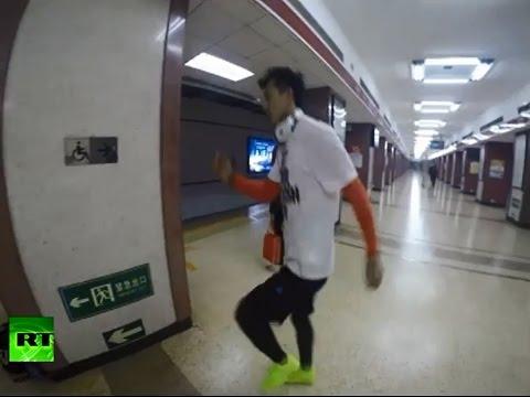 В Китае бегун пробежал от одной станции метро до другой быстрее поезда