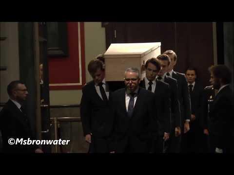 Rouwstoet burgemeester van der laan vertrekt bij het Concertgebouw
