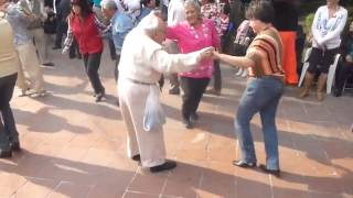 viejito bailando rock and roll