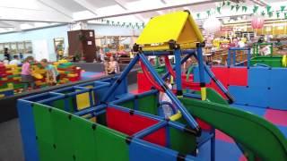 Играем на детской площадке WÖLPILAND 2 сухой бассейн с шариками видео для детей(Видео для детей, в котором Аленчик и его сестренка Мелиночка играют на крытой детской площадке . Здесь есть..., 2016-06-04T20:03:42.000Z)