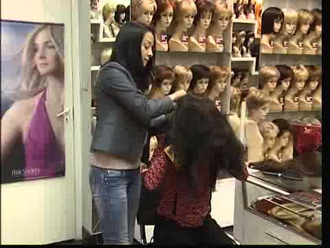 Мужчина примеряет женский парик видео онлайн