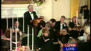 Ельцин поднимает тост за Клинтона. 1994 год.