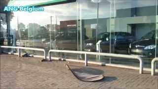Citroen Berlingo rijdt tegen Garage Jaspers in Bree op 15 Augustus 2015 om 05:52 uur