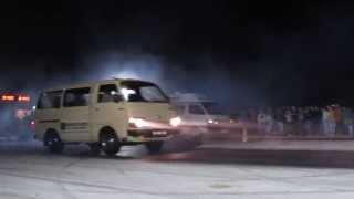 Toyota Hiace Burnout na pista de drag do Mundo da Picaria