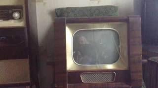 Барнаулец Андрей Минкин демонстрирует работу телевизора «Рекорд Б» выпуска 1961 года