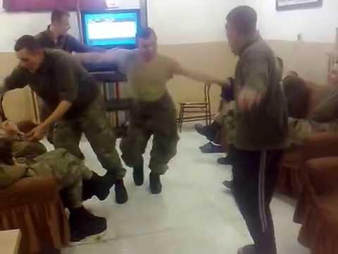 Askerleri komutan bu halde yakalarsa