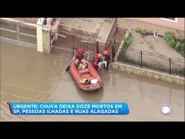 Bombeiros resgatam idosa presa em alagamento na grande São Paulo