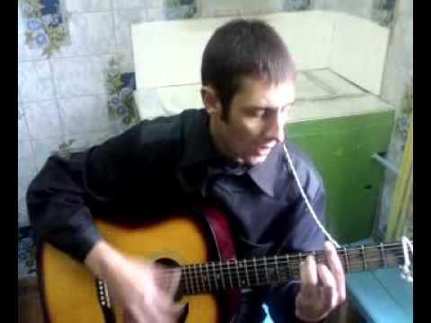 Круто поет под гитару парняга на зоне