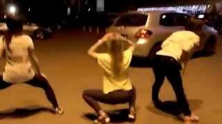 Девушки красиво двигают своими попками на улице
