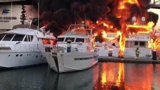 Aparatoso incendio en el puerto de Barcelona