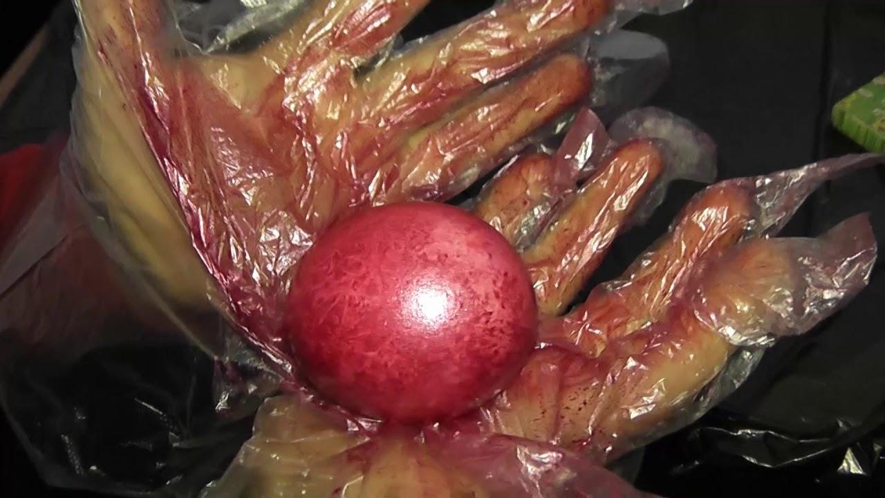 Необычный способ украсить яйца на Пасху.