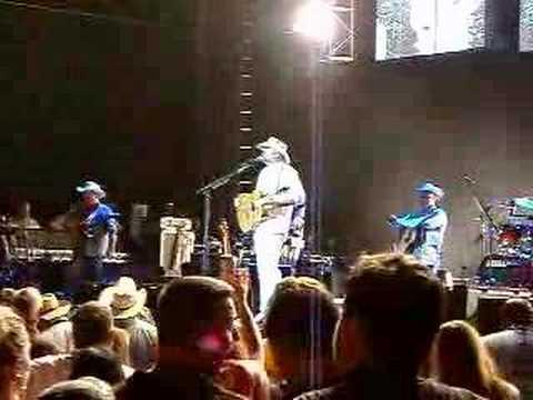 Alan Jackson Introduces Wife On Stage In Atlanta GA
