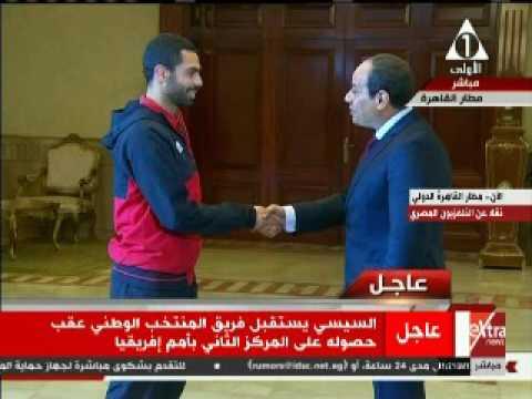 حوار جانبى بين السيسي وأحمد فتحى بمطار القاهرة