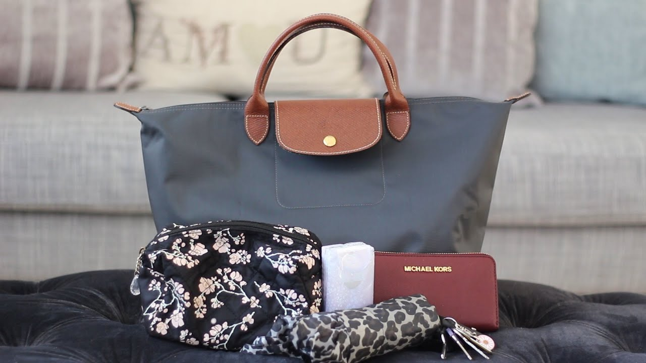 What I Can Fit In My Medium Longchamp Le Pliage | Bright Ducky - YouTube