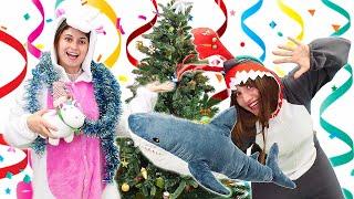 Смешное видео - Украшаем Новогоднюю Ёлку с Милой Единорожкой и Акулой! - Лучшие игры одевалки.