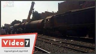 رفع عربة قطار سولار الواسطة بعد خروجه عن القضبان وعودة الحركة