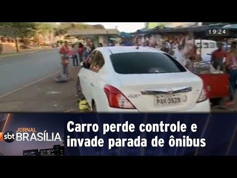 Carro perde controle e invade parada de ônibus