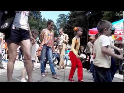 Видео: танец живота, танцевальный флешмоб в Обнинске, парк в старом городе, Подснежник