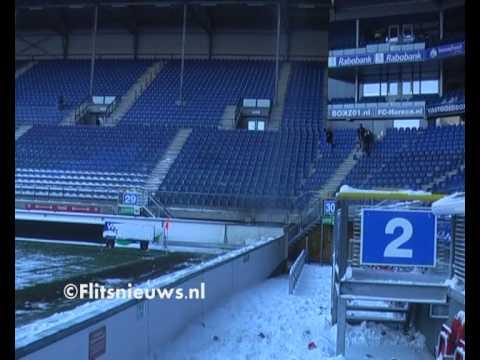 Brandweer verwijdert gevaarlijke stukken sneeuw youtube - Stukken outs ...