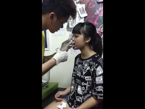 bấm  khuyên cho e gái học sinh lớp 7 cực dễ thương  ( pierced the ultra cute little e )