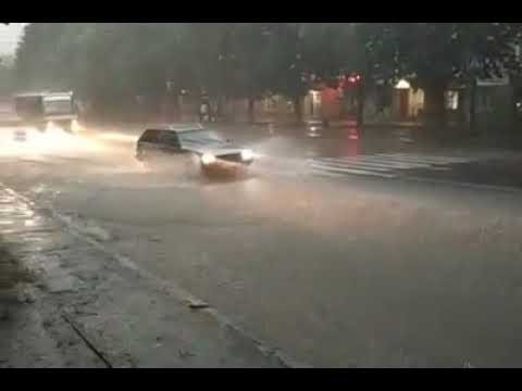 Волинські Новини: У Луцьку на Відродження затопило авто| Волинські Новини