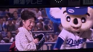 中村玉緒さんによる始球式 なんと80歳!