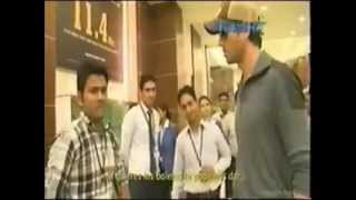 Enrique Iglesias meeting a fąn in India at airport!