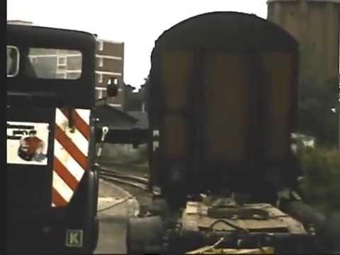 Schwertransporter setzt Wagon der Deutsche Bahn auf die Schienen by Oldtimer.Net (B to Net AG)